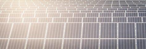 在会集从太阳的农场的太阳电池板电 免版税图库摄影