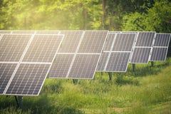 在会集从太阳的农场的太阳电池板电 库存图片