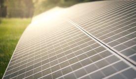 在会集从太阳的农场的太阳电池板电 免版税库存图片
