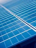 在会集从太阳的农场的太阳电池板电 库存照片