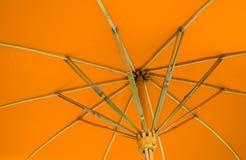 在伞下 库存照片