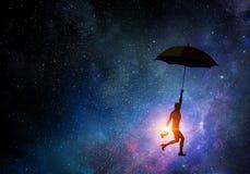 在伞的妇女飞行 混合画法 免版税库存图片