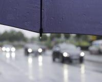 在伞的雨珠 免版税库存照片