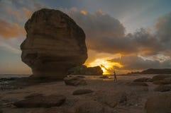 在伞石头海滩的日落在mandalika龙目岛 免版税库存图片