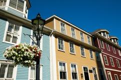 在伟大的乔治St -夏洛特敦-加拿大的五颜六色的大厦 库存照片