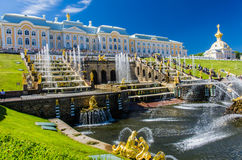 在伟大的小瀑布喷泉的看法在Peterhof,俄罗斯 免版税库存图片