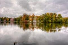 在伟大的池塘的海岛上的音乐堂在金黄秋天醇厚的秋天期间的在凯瑟琳公园,普希金,圣彼得堡,拉斯 图库摄影