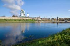 在伟大的河的一晴朗的10月天,普斯克夫,俄罗斯 免版税库存照片