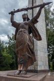 在伟大的爱国战争纪念建筑/世界大战2纪念品的祖国雕象在胜利公园,卡拉科尔,吉尔吉斯斯坦 免版税库存照片