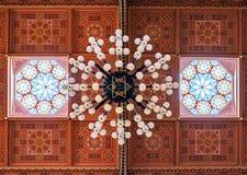 在伟大的犹太教堂的天花板是一个历史大厦在布达佩斯,匈牙利 库存照片