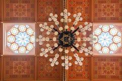 在伟大的犹太教堂的天花板是一个历史大厦在布达佩斯,匈牙利 图库摄影