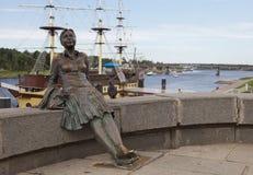 在伟大的诺夫哥罗德雕刻bridgeon的2010年7月22日女孩,俄罗斯 库存图片