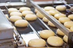 在传动机的未加工的油炸圈饼 免版税库存图片