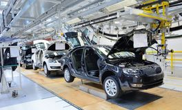 在传动机线的斯柯达Octavia在工厂 免版税库存图片
