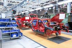 在传动机线的自动身体在汽车厂 免版税库存照片