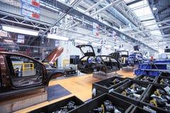 在传动机线的自动身体在汽车厂 图库摄影
