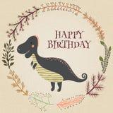 在传染媒介的可爱的生日快乐卡片 与动画片恐龙的甜激动人心的卡片在减速火箭的颜色的花卉花圈 免版税库存照片