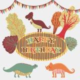 在传染媒介的可爱的生日快乐卡片 与动画片恐龙和树的甜激动人心的卡片在减速火箭的颜色的花卉花圈 图库摄影