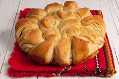 在传统保加利亚圣诞节的pita上添面包 免版税图库摄影