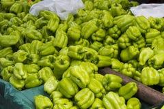 在传统土耳其街道义卖市场的青椒 图库摄影