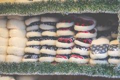 在传统圣诞节市场上的羊毛鞋子在波兰 免版税库存照片