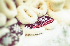 在传统圣诞节市场上的羊毛鞋子在波兰 图库摄影