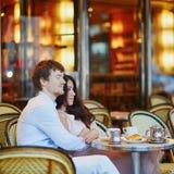 在传统巴黎人咖啡馆,饮用的咖啡的夫妇 免版税库存图片