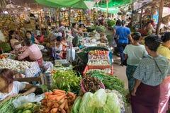 在传统市场上的人们与蔬菜和水果 库存照片