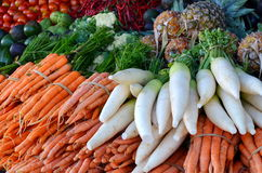 在传统市场上的健康食物显示 库存照片