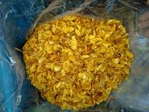 在传统市场卖的油煎的葱Gamping,印度尼西亚上 免版税图库摄影