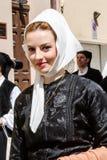 在传统撒丁岛服装的游行 免版税库存照片