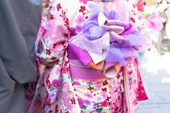 在传统日本和服走的夫妇 免版税库存图片
