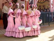 在传统服装摆在和打扮的美丽的安达卢西亚的少妇 库存照片