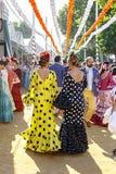 在传统服装散步和打扮的人们在塞维利亚` s 4月市场 免版税库存图片