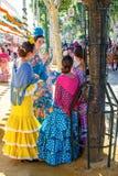 在传统服装松弛和打扮的少妇在塞维利亚` s 4月市场 免版税库存照片
