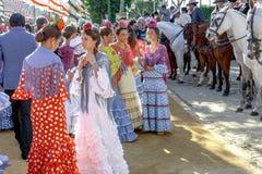 在传统服装松弛和打扮的少妇在塞维利亚` s 4月市场 库存照片