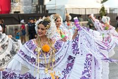 在传统服装的民间传说舞蹈在巴拿马市巴拿马街道的狂欢节  免版税库存照片