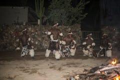 在传统服装的非洲人跳舞 库存照片