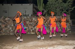 在传统服装的非洲妇女跳舞 库存照片