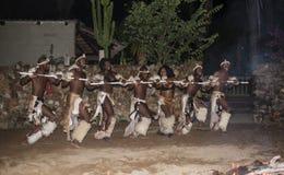 在传统服装的非洲男人和妇女跳舞 免版税库存图片