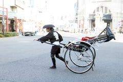在传统服装,东京的人力车司机 免版税图库摄影