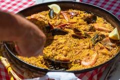 在传统炸锅伊维萨岛,西班牙的典型的海鲜肉菜饭 库存图片