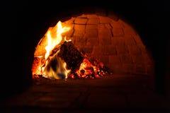 在传统烤箱的火烹调的 免版税库存图片