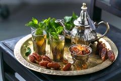 在传统玻璃的摩洛哥mn茶用薄菏、日期和糖 免版税图库摄影