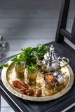 在传统玻璃的摩洛哥mn茶用薄菏、日期和糖 免版税库存图片