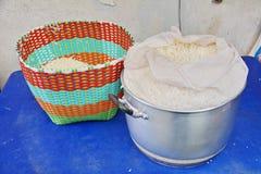 在传统篮子的米 免版税库存照片