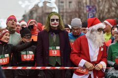 在传统维尔纽斯圣诞节开始的赛跑者赛跑 免版税库存图片