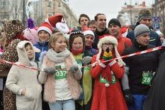 在传统维尔纽斯圣诞节开始的赛跑者赛跑 免版税库存照片