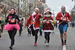在传统维尔纽斯圣诞节种族的赛跑者 免版税图库摄影