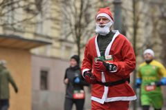 在传统维尔纽斯圣诞节种族的赛跑者 免版税库存照片